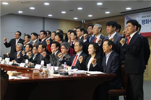 Participants pose for a photo during a gathering hosted by lawmakers of the ruling Saenuri Party on South Korea's nuke armament at the National Assembly in Seoul on Oct. 12, 2016. (Yonhap)
