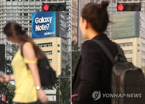 Seoul citizens pass by a Galaxy Note 7 billboard in downtown Seoul on Oct. 14, 2016. (Yonhap)