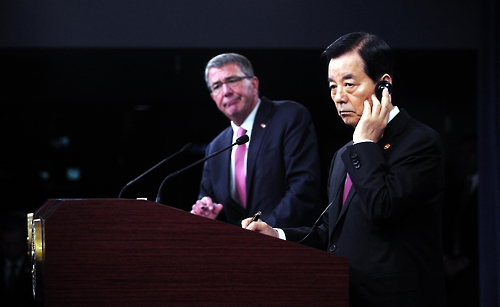 In this photo taken on Oct. 21, 2016 (Thursday in U.S. time) and provided by South Korea's defense ministry, South Korea's Defense Minister Han Min-koo (R) and his U.S. counterpart Ash Carter hold a joint press conference after their annual defense talks in Washington. (Yonhap)
