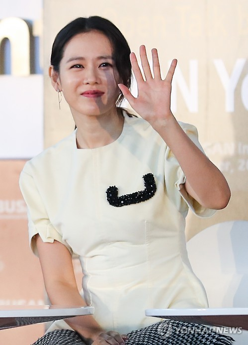 South Korean actress Son Ye-jin greets the fans at an open talk session held at the 21st Busan International Film Festival (BIFF) in Busan, 450 kilometers southeast of Seoul, on Oct. 8, 2016. (Yonhap)