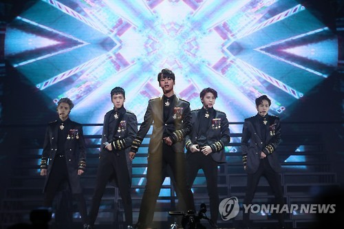 "VIXX performs ""The Closer,"" the lead single of its latest EP ""Kratos,"" in a media showcase held in eastern Seoul on Oct. 31, 2016. (Yonhap)"