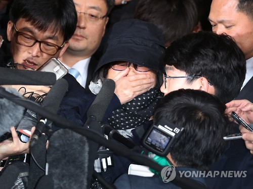 Choi Soon-sil, President Park Geun-hye's longtime friend at the center of an influence peddling-scandal, cries upon appearing at the Seoul Central Prosecutors' Office to face questioning on Oct. 31, 2016. (Yonhap)