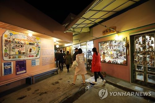 Handmade craft shops at Jeonju Nambu Market (Yonhap)