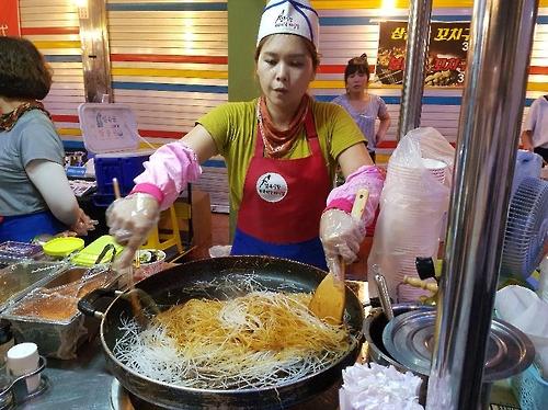 A Thai street cafe owner cooks Pad Thai at Jeoju Nambu Market (Yonhap)