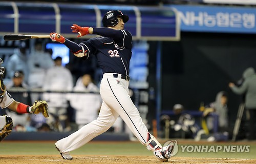 Kim Jae-hwan of the Doosan Bears hits a solo home run against the NC Dinos in Game 3 of the Korean Series at Masan Stadium in Changwon, South Korea, on Nov. 1, 2016. (Yonhap)