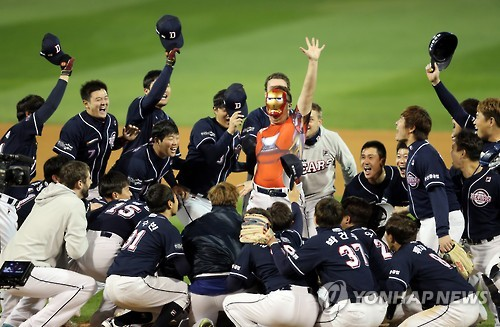 Members of the Doosan Bears celebrate their 2016 Korean Series baseball championship at Masan Stadium in Changwon, South Gyeongsang Province, on Nov. 2, 2016. (Yonhap)
