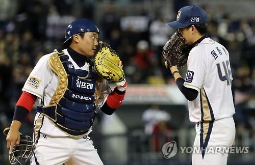 NC Dinos' catcher Kim Tae-gun (L) and pitcher Won Jong-hyun speak during Game 4 of the Korean Series against the Doosan Bears at Masan Stadium in Changwon, South Gyeongsang Province, on Nov. 2, 2016. (Yonhap)