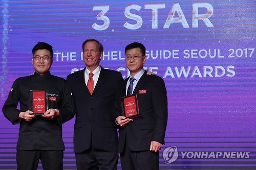 Kim Byung-jin (L), executive chef at Gaon, and Kim Sung-il (R), a chef at La Yeon, pose for a photo with Michael Ellis, international director of the Michelin Guide, after receiving three stars from Michelin during the awards ceremony at Hotel Shilla in Seoul on Nov. 7, 2016. (Yonhap)