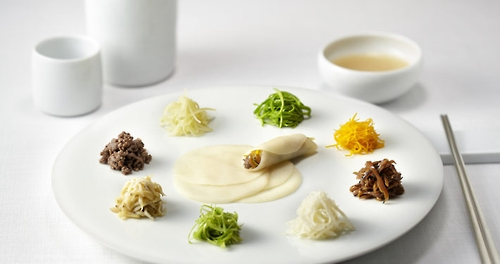 This undated photo provided by La Yeon shows a dish from the three-star Korean restaurant in central Seoul. (Yonhap)