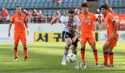 In this file photo taken on Oct. 20, 2016, FC Seoul defender Osmar Barba Ibanez (3rd from R) dribbles past Jeju United players during their K League Classic match at Seogwipo World Cup Stadium in Seogwipo, Jeju Island. (Yonhap)
