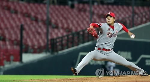 Kim Kwang-hyun of the SK Wyverns throws a pitch against the Kia Tigers in their Korea Baseball Organization game at Gwangju-Kia Champions Field in Gwangju on Aug. 30, 2016. (Yonhap)