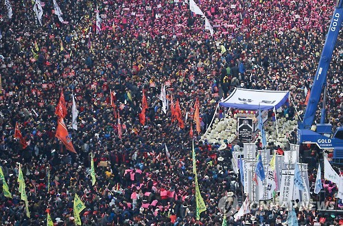 Protesters pack a street in downtown Seoul on Nov. 12, 2016, as they take part in an anti-government rally to demand President Park Geun-hye resign over an influence-peddling scandal implicating her longtime close friend Choi Soon-sil. (Yonhap)
