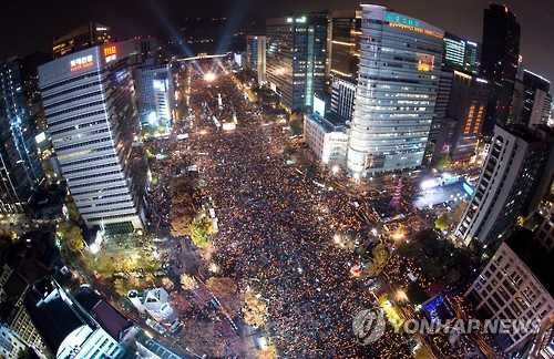 This photo taken on Nov. 12, 2016, shows a massive rally in Seoul where more than 1 million people demanded President Park Geun-hye step down over an influence-peddling scandal involving her close confidante Choi Soon-sil. (Yonhap)