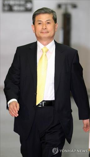 Hwang Soo-suk, a former professor of Seoul National University, walks into the Seoul Central District Court on June 8 2009. (Yonhap file photo)