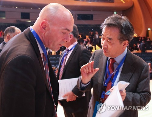Yonhap President Park No-hwang (R) and Press Association Editor-in-Chief Pete Clifton chat on the sidelines of the 5th News Agencies World Congress in Baku, Azerbaijan, on Nov. 16, 2016. (Yonhap)