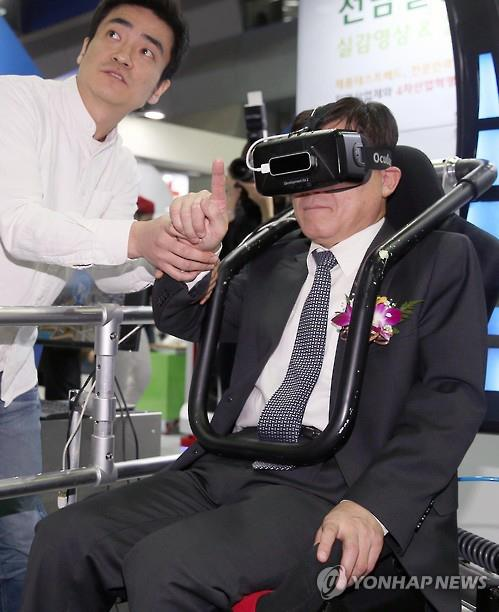"Cheong Man-ki, vice-minister of Trade, Industry and Energy, tries latest innovative product at ""Korea R&D 2016"" held at the Convention and Exhibition Center (COEX) in southern Seoul on Nov. 17, 2016. (Yonhap)"