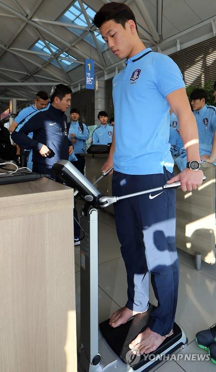 A South Korean soccer player measures body composition with a product by Inbody Inc. on Dec. 28, 2016. (Yonhap)