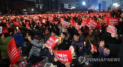 Citizens stage a candlelight rally to call for President Park Geun-hye's resignation at the Gwanghwamun Square in central Seoul on Nov. 19, 2016. (Yonhap)
