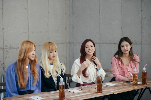 """Rose, Lisa, Jisoo and Jennie (from L to R) of South Korean girl group BLACKPINK attend a group interview for their second and latest EP """"Square Two"""" in central Seoul on Nov. 2, 2016. (Yonhap)"""