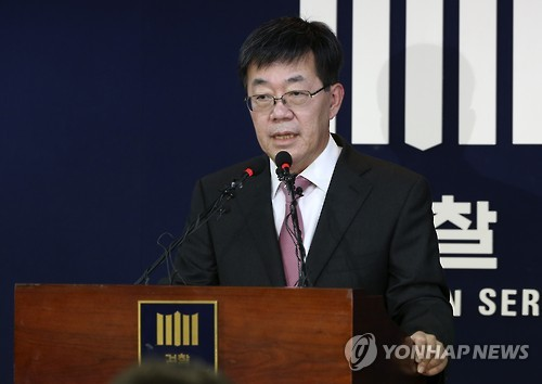 Lee Young-ryeol, the chief of the Seoul Central District Prosecutors' Office who headed the team investigating the influence-peddling scandal surrounding President Park Geun-hye and her confidante, announces the interim probe results during a press briefing at the prosecution's office in Seoul on Nov. 20, 2016. (Yonhap)