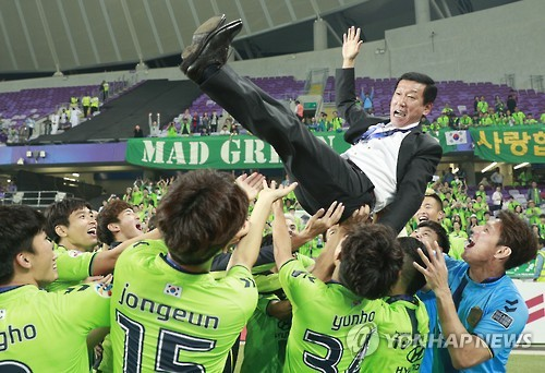 Jeonbuk Hyundai Motors head coach Choi Kang-hee is tossed in the air by his players after they won the Asian Football Confederation Champions League title over Al Ain FC at Hazza Bin Zayed Stadium in Al Ain, the United Arab Emirates, on Nov. 26, 2016. (Yonhap)