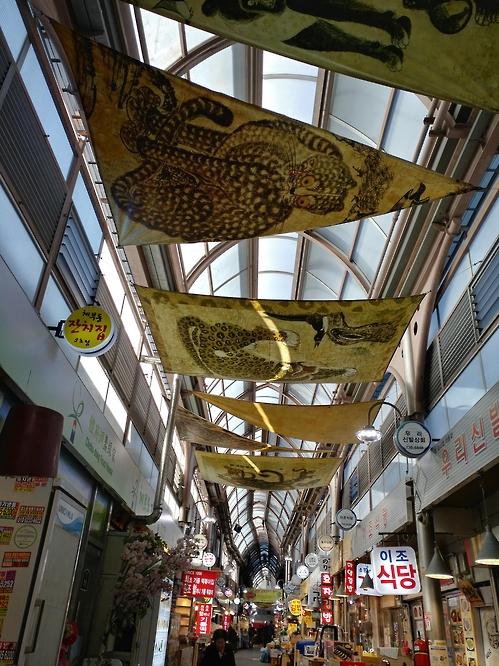 Pagamento Simbólico Diverte Os Visitantes Do Mercado Tongin