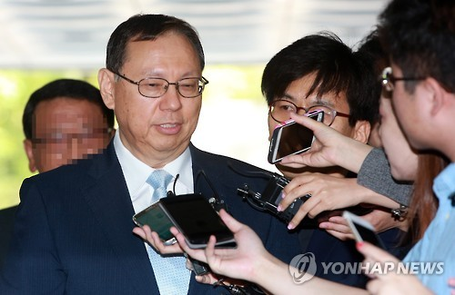 Jo Seong-jin speaks to reporters before appearing at a Seoul court in 2015. (Yonhap file photo)