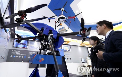"Visitors look at a drone ready to make a delivery at the ""2016 Creative Economy Exhibition"" at the Convention and Exhibition Center (COEX) on Dec. 1, 2016. (Yonhap)"