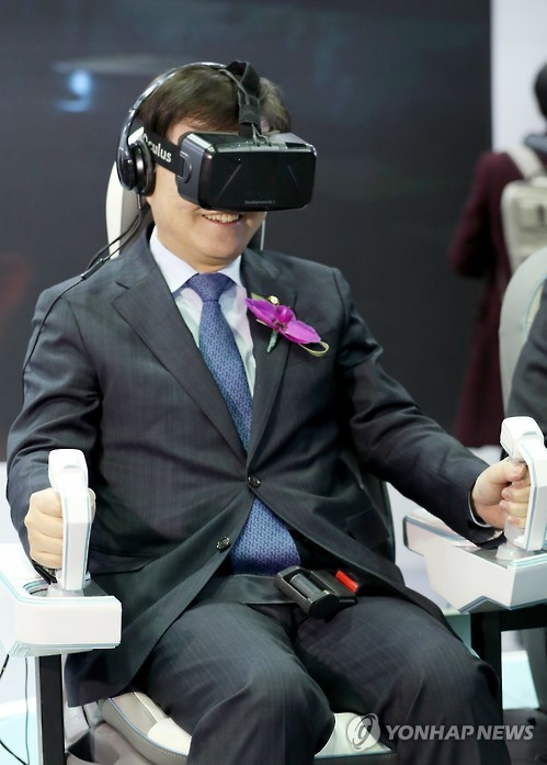 "ICT Minister Choi Yang-hee experiences virtual reality gear at the ""2016 Creative Economy Exhibition"" at the Convention and Exhibition Center (COEX) on Dec. 1, 2016. (Yonhap)"