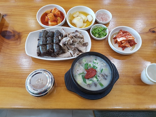 The photo, taken on Dec. 6, 2016, shows a plateful of famous Byeongcheon sundae, Korea's traditional blood sausage, along with sundae gukbap or hot soup made with sundae. (Yonhap)