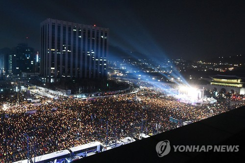 The file photo, taken on Dec. 4, 2016, shows the latest protest rally held in Seoul, South Korea, in which an estimated 1.5 million people gathered to demand the resignation of President Park Geun-hye. (Yonhap)