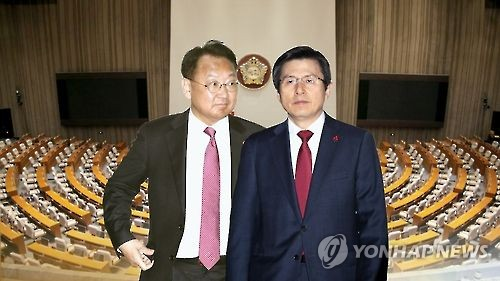 Prime Minister Hwang Kyo-ahn (R) and Finance Minister Yoo Il-ho (Yonhap file photo)