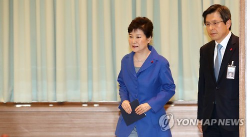 President Park Geun-hye attends an emergency Cabinet meeting at the presidential office Cheong Wa Dae in Seoul on Dec. 9, 2016, after the National Assembly passed an impeachment bill against her in a vote of 234 to 56 with two abstentions. Prime Minister Hwang Kyo-ahn, who has become acting president, follows her. (Yonhap)