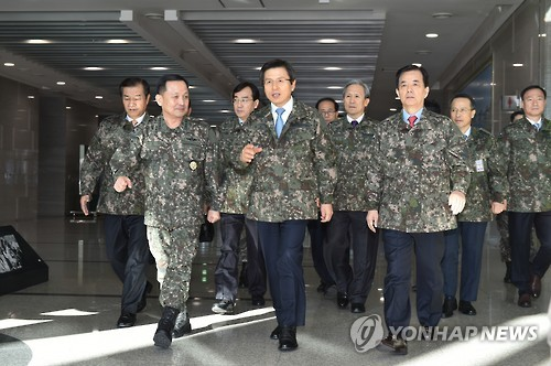 This photo, provided by the Prime Minister's Office, shows Prime Minister and acting President Hwang Kyo-ahn (C) paying a visit to South Korea's Joint Chiefs of Staff in central Seoul on Dec. 11, 2016. (Yonhap)