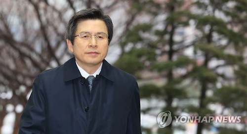 Acting President and Prime Minister Hwang Kyo-ahn walks to his Seoul-based office on Dec. 12, 2016. (Yonhap)
