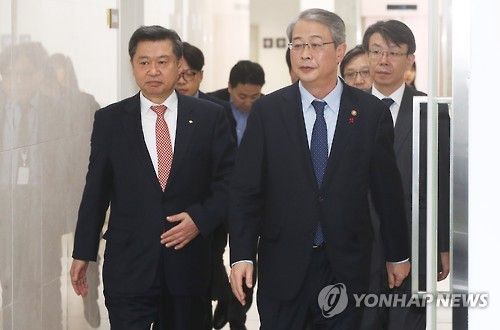 Yim Jong-yong (R), chairman of the Financial Services Commission, visits the Financial Security Institute in Yongin, Gyeonggi Province, on Dec. 12, 2016. (Yonhap)