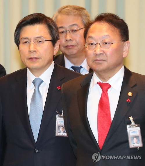 Acting President Hwang Kyo-ahn (L), Finance Minister Yoo Il-ho (R) and Financial Services Commission Chairman Yim Jong-yong in this undated file photo. (Yonhap)