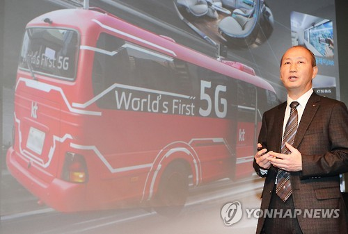 Oh Seong-mok, vice president of South Korean broadband Internet and mobile carrier KT Corp., talks to reporters in Seoul on Dec. 13, 2016. (Yonhap)