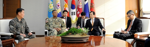 In this photo taken on Dec. 13, 2016, and provided by the defense ministry, Defense Minister Han Min-koo (2nd from right) and USFK Commander Gen. Vincent Brooks (2nd from left) discuss readiness against North Korean threats in the ministry's headquarters in Seoul. (Yonhap)