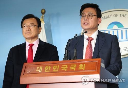 Rep. Chung Woo-taik (R) and Rep. Lee Hyun-jae (Yonhap)