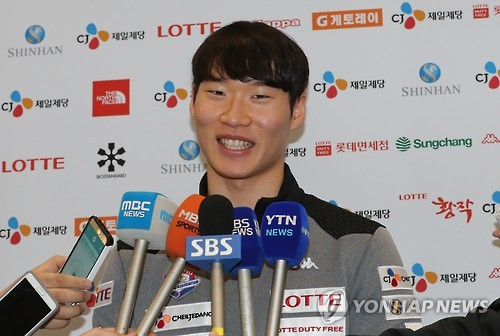 South Korean alpine snowboarder Lee Sang-ho speaks to reporters at Incheon International Airport on Dec. 19, 2016. (Yonhap)