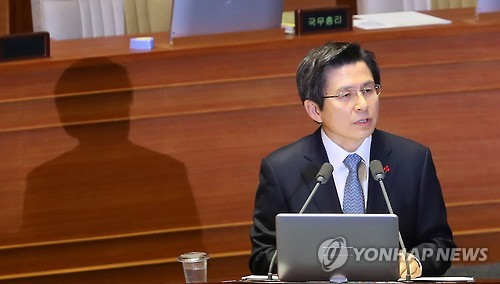 Acting President and Prime Minister Hwang Kyo-ahn speaks during a parliamentary interpellation session at the National Assembly on Dec. 21, 2016. (Yonhap)