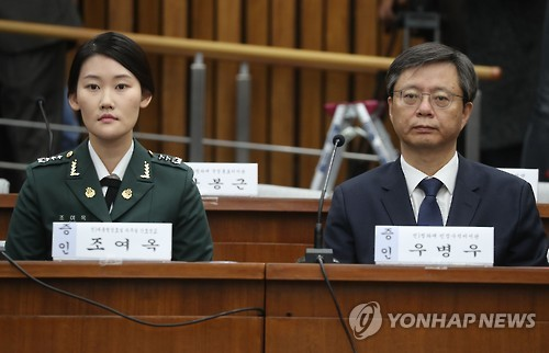 Former presidential secretary Woo Byung-woo (R) and former presidential nurse officer Cho Yeo-ok attend the parliament's hearing on the influence-peddling scandal surrounding President Park Geun-hye and her confidante Choi Soon-sil at the National Assembly in Seoul on Dec. 22, 2016. (Yonhap)