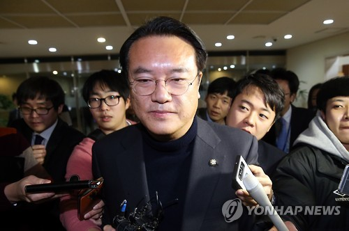 This photo, taken on Dec. 12, 2016, shows Chung Jin-suk, former floor leader of the ruling Saenuri Party, speaking in a meeting with reporters at the National Assembly in Seoul. (Yonhap)
