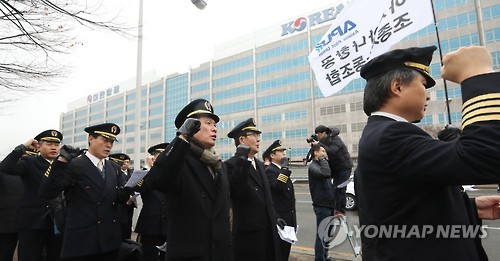 Unionized pilots of Korean Air mark the start of their 10-day walkout in a rally held in front of company headquarters in Seoul on Dec. 22, 2016. (Yonhap)