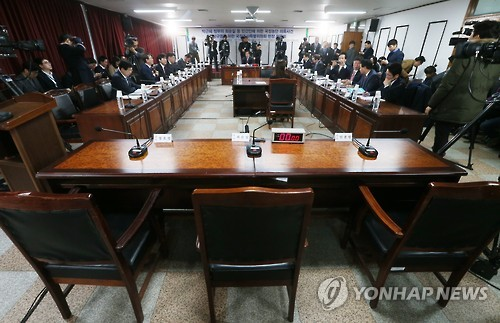 The seats for three key witnesses are vacant at a parliamentary hearing at the Seoul corrections headquarters in Uiwang, south of Seoul, on Dec. 26, 2016. Choi Soon-sil, a presidential confidante at the heart of the influence-peddling and extortion scandal, refused to show up for the hearing, as did two presidential aides implicated in the case. It was the first hearing to be held at a prison facility in 19 years. (Pool photo) (Yonhap)