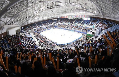 South Korean fans cheer at the International Skating Union (ISU) World Cup Short Track Speed Skating event at Gangneung Ice Arena in Gangneung, Gangwon Province, on Dec. 18, 2016. (Yonhap)