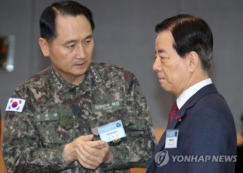 In this photo taken on Jan. 4, 2016, Chief of Naval Operations Adm. Um Hyun-seong (L) talks to Defense Minister Han Min-koo before they attend the New Year policy briefing to Acting President and Prime Minister Hwang Kyo-ahn on defense and security matters at a government complex in Seoul. (Yonhap)
