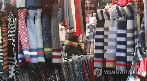 Namdaemun market in Seoul is quiet amid frosty consumer sentiment. (Yonhap)
