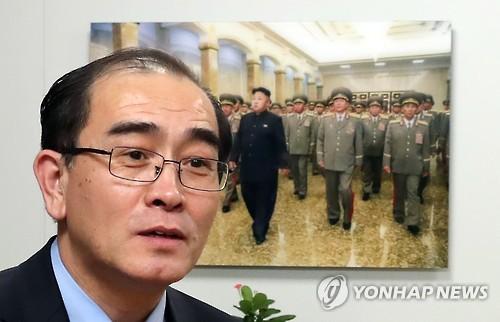 Former high-ranking North Korean diplomat Thae Yong-ho looks around Yonhap News Agency's office where a team monitors North Korean news on Jan. 8, 2017. (Yonhap)
